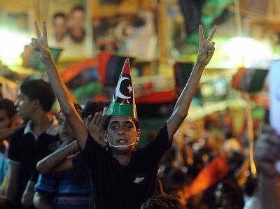 Menschenmassen feiern in der Rebellenhochburg Bengasi. In Tripolis sind die Kämpfe allerdings noch nicht zu Ende.