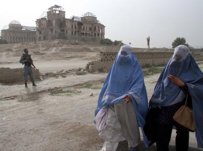 Der beschädigte Darul Aman Palast in Kabul. In Afghanistan werden zwei deutsche Staatsbürger vermisst.