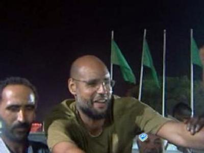Ein Screenshot von der Al-Arabija-Webseite zeigt den Gaddafi-Sohn Saif al-Islam Gaddafi, der sich in Tripolis von Anhängern feiern lässt.
