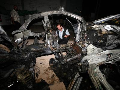 Ein Palästinenser untersucht die Trümmer eines durch einen israelischen Luftschlag zerstörten Wagens.