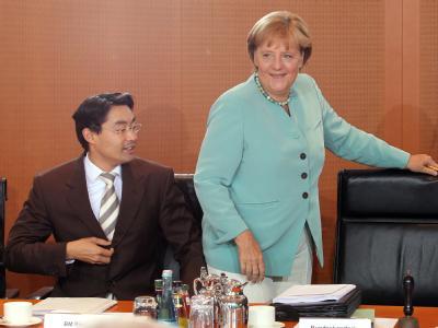 Bundeskanzlerin Angela Merkel (CDU) und Bundeswirtschaftsminister Philipp Rösler (FDP): Obwohl die Union in der Wählersympathie konstant dasteht, zweifelt die große Mehrheit der Deutschen daran, dass die CDU geschlossen hinter Angela Merkel steht.