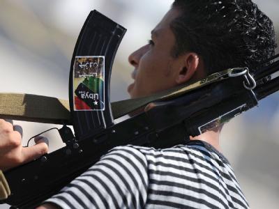 Ein bewaffneter Junge in Tripolis an einem Checkpoint der Rebellen.