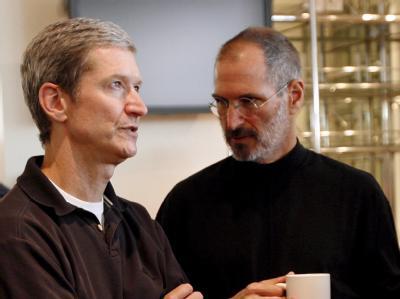 Tim Cook (L), bisher als «Chief Operating Officer» für das Tagesgeschäft zuständig, wird den Posten von Steve Jobs übernehmen.