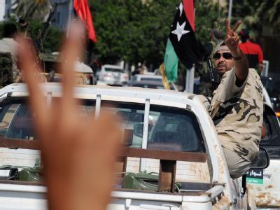 Die Vertreter der libyschen Übergangsregierung stehen vor großen Aufgaben. Die ersten Minister sind inzwischen in Tripolis eingetroffen. Staubig, müde und hungrig - und wohl auch ein bisschen enttäuscht.