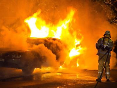 August 2011: Feuerwehrleute löschen ein brennendes Auto in der Alten Jakobstraße in Berlin-Mitte/-Kreuzberg. Foto: Steffen Tzscheuschner, dpa