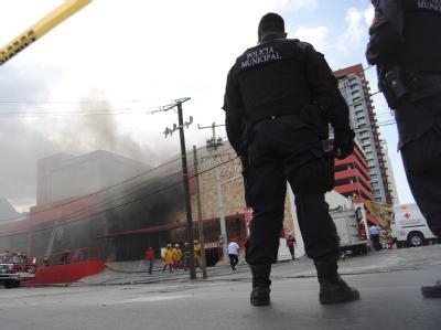 Polizisten in Monterrey sperren das Gebiet rund um das Kasino ab.