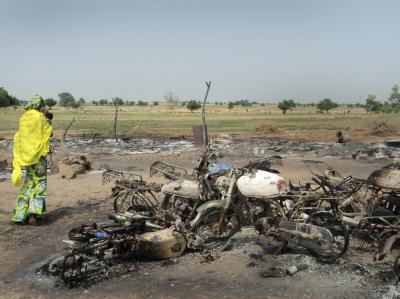 Wrackteilen von Marktständen und Motorrädern in Maiduguri nach einem Brandanschlag im Juni 2011.