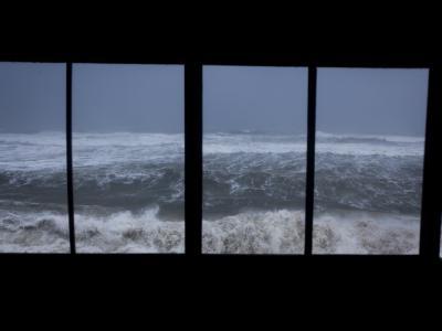 Durch die Scheiben eines Strandhauses ist das von