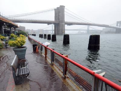 New York City: Das Wasser bahnt sich seinen Weg.