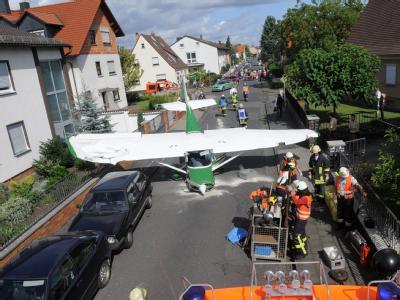 Dramatische Notlandung endet glimpflich: Die beiden Insassen des Sportflugzeugs wurden leicht verletzt. Die Menschen am Boden kamen mit dem Schrecken davon.