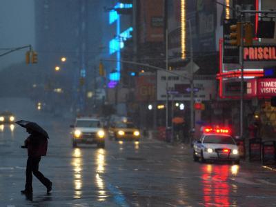 Ein einsamer Spaziergänger auf dem Times Square.