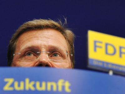 Hält sich Deutschlands Chefdiplomat? FDP-Chef Rösler erklärt, Westerwelle sei ein Minister auf Bewährung. Die Kanzlerin versucht, ihm den Rücken zu stärken. (Archivbild)
