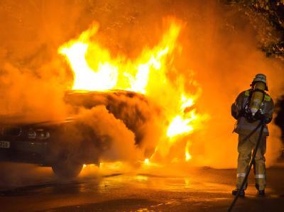 Ein BMW steht völlig in Flammen: Die meisten Brandanschläge gab es in den Stadtvierteln Mitte, Friedrichshain-Kreuzberg und zuletzt besonders Charlottenburg-Wilmersdorf. (Archivbild)