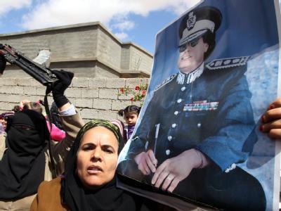 Anhängerin des libyschen Machthabers Muammar al-Gaddafi:  Die Nato zerstörte nach eigenen Angaben unter anderem Kommandozentralen, Radaranlagen, bewaffnete Fahrzeuge und Raketenstellungen. (Archivbild)