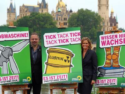 Die Spitzenkandidaten der Grünen für die Landtagswahlen in Mecklenburg-Vorpommern, Silke Gajek und Jürgen Suhr, stellen in Schwerin die Wahlwerbung ihrer Partei vor. (Archivbild)