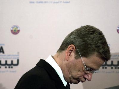 Er steht mit dem dem Rücken zur Wand. Seine Position als Außenminister ist so schwach wie nie. Guido Westerwelle will offenbar weiter kämpfen. (Archivbild)