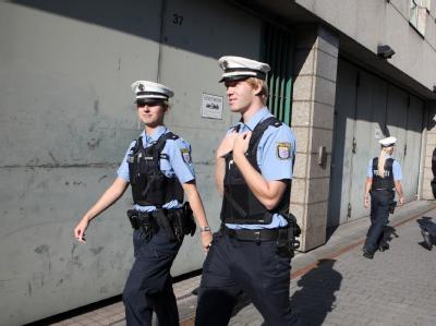 Zum Prozessauftakt sichern Polizeibeamte das Oberlandesgericht in Frankfurt am Main.