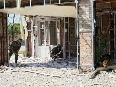 Experten untersuchen den Ort des Anschlags in Grosny.