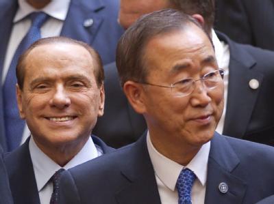 UN-Generalsekretär Ban Ki Moon (r, daneben der italienische Ministerpräsident Silvio Berlusconi) in Paris.