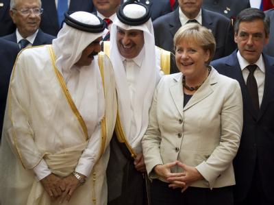 Gute Laune beim Libyen Gipfel: Kanzlerin im Gespräch mit den Scheichs Hamad bin Khalifa al Thani und Hamad bin Jassem bin Jabor Al Thani aus Qatar.