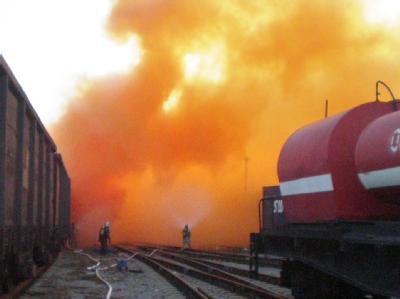 Rettungskräfte versuchen auf dem Bahnhof in Tscheljabinsk die Bromwolke unter Kontrolle zu bringen.