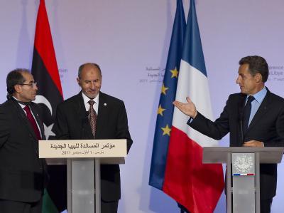 Dank an Paris: Die Vertreter des libyschen Übergangsrats, Mahmud Dschibril (l) und Mustafa Mohammed al-Dschalil (M) und Frankreichs Präsident Nicolas Sarkozy.