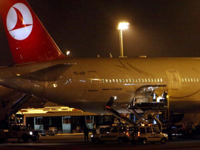 Die Särge mit den Opfern der Mavi Marmara kommen am 03.06.2010 am Flughafen inAnkara an. Der Streit zwischen Israel und der Türkei eskaliert.