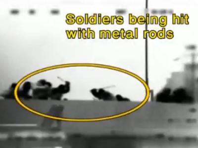 Standbild aus einem Video, in dem Passagiere der Mavi Marmara israelische Soldaten mit Metallstangen angreifen.