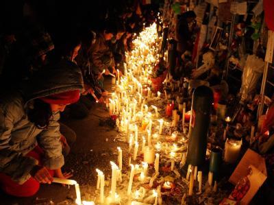 Vor dem Gebäude des chilenischen Senders TVN gedenken Menschen des bei einem Absturz getöteten landesweit beliebten Moderators Felipe Camiroaga und seines Filmteams.