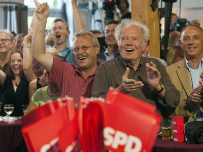 SPD-Anhänger bejubeln die erste Prognose.