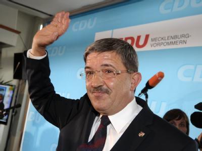 Lorenz Caffier begrüßt Partei-Anhänger bei der CDU-Wahlparty.