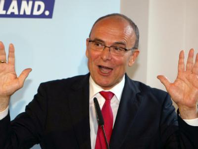 Erwin Sellering (SPD) jubelt in Schwerin nach der Bekanntgabe der ersten Prognosen.