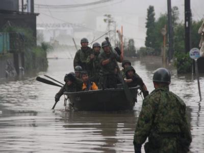 Langsam aber mit voller Wucht zog der Taifun über Japan hinweg, Städte wurden überflutet.