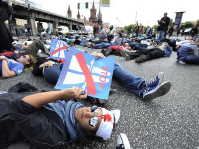 Der Erweiterungsbau der Stadtautobahn A100 ist umstritten. Im August besetzten besetzen Personen bei einem Flashmob in Berlin die Kreuzung Oberbaumbrücke/Warschauer Straße.