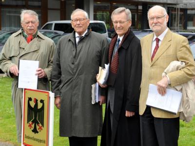 Euro-Skeptiker und Kläger vor dem Bundesverfassungsgericht: (v.l.) Wilhelm Hankel, Wilhelm Nölling, Karl Albrecht Schachtschneider und Joachim Starbatty.