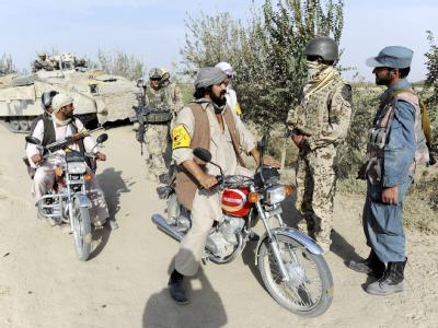 Bundeswehrsoldaten, afghanische Polizei und Angehörige der Bürgerwehr im Distrikt Char Darreh bei Kundus an einem Checkpoint: In Afghanistan sind zwei Leichen gefunden worden. Den Behörden zufolge handelt es sich um die vermissten Deutschen.
