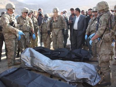 ISAF-Soldaten vor den Leichen der deutschen Entwicklungshelfer.