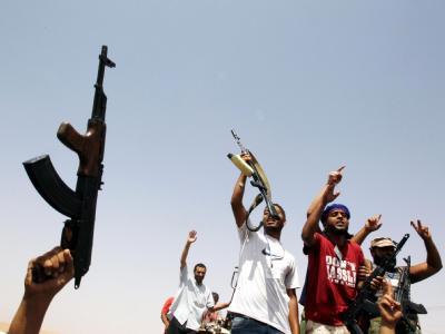 Libysche Rebellen an einem Kontrollpunkt vor Bani Walid.
