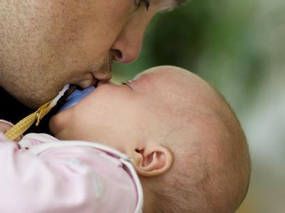 Immer mehr Väter nutzen Elterngeld.