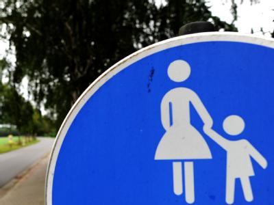 Ein Fußgängerschild in Hermannsburg im Landkreis Celle in der Straße, in der die vier entführten Kinder mit ihrer Mutter zu Hause sind.