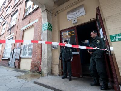 Polizisten vor einem islamischen Kulturverein in Berlin Wedding: Die Terrorverdächtigen sollen sich Chemikalien für den Bau einer Bombe besorgt haben.