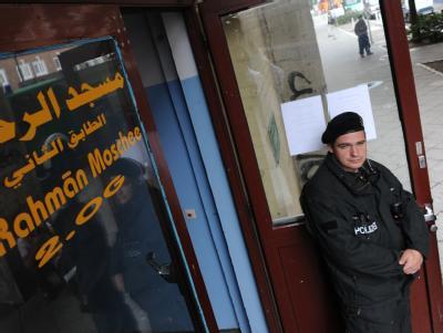Ein Polizist vor dem durchsuchten islamischen Kulturverein in Berlin-Wedding.