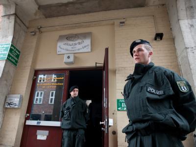 Polizisten vor Kulturverein