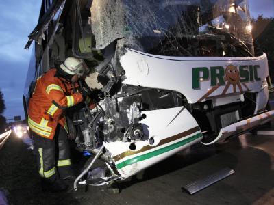 Ein voll besetzter Reisebus ist in Südhessen auf einen Kranwagen aufgefahren.
