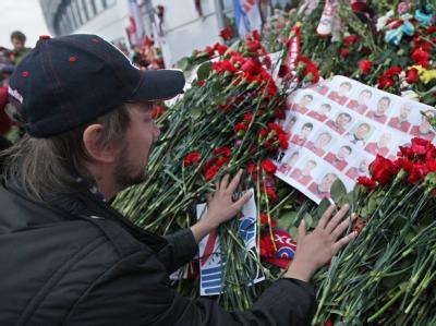 Mit einer großen Trauerfeier nimmt Russland Abschied von dem Eishockey-Team, das ein Flugzeugabsturz fast komplett auslöschte. Ärzte kämpfen weiter um die zwei Überlebenden.