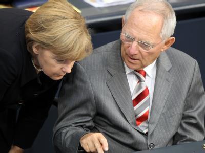 Bundeskanzlerin Angela Merkel unterhält sich während der Schlussrunde der Haushaltswoche im Deutschen Bundestag mit Bundesfinanzminister Schäuble.