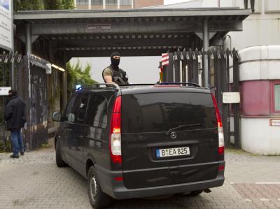 Polizeipräsenz vorm Amtsgericht Berlin-Tiergarten. Die beiden Berliner Terrorverdächtigen sitzen in Untersuchungshaft.