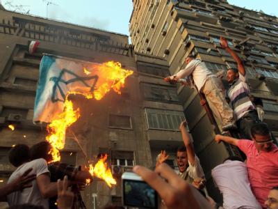 Demonstranten haben vor dem Botschaftsgebäude eine israelische Flagge angezündet.
