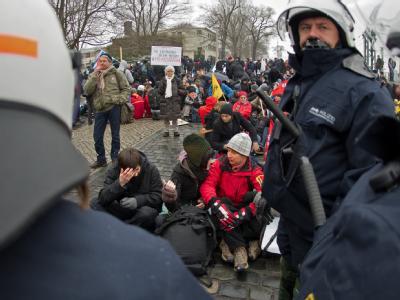 Linke Demonstranten protestieren im Februar 2011 gegen eine Neonazi-Kundgebung in Dresden: Polizei und Justiz sollen sich bei der massenhaften Erhebung von Handydaten nicht an das Gesetz gehalten haben.