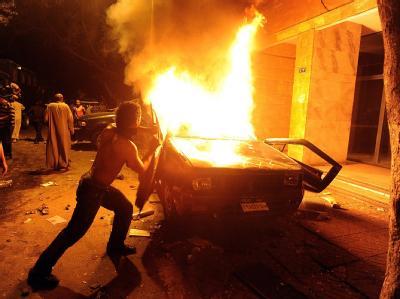 Protestler haben nahe der israelischen Botschaft einen Polizeiwagen in Brand gesteckt.